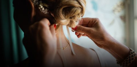 Saiba como recuperar um penteado de festa com dicas práticas