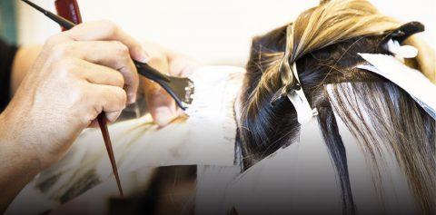 Cabelos com mechas, luzes ou ombre hair: quando retocar os fios?